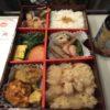 早朝から開店【東京駅弁屋 】「賛否両論」の高級弁当を新幹線で堪能♪